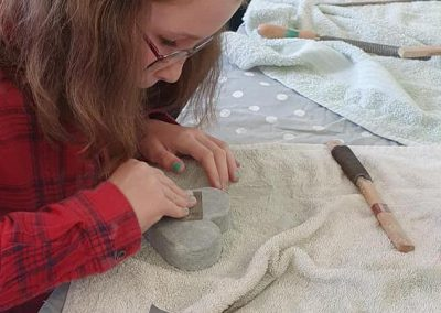 Een kind is aan het beeldhouwen op een kinderfeestje beeldhouwen