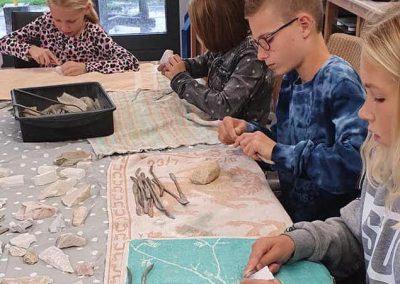 Kinderen zijn aan het beeldhouwen op een kinderfeestje beeldhouwen