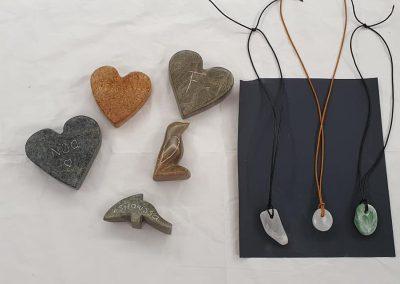 Beeldjes en kettinkjes gemaakt op een kinderfeestje beeldhouwen uit steen