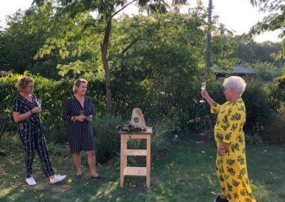 Proosten met een glas champagne op een beeld gemaakt op beeldhouwvakantie in Frankrijk