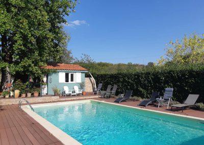 Het zwembad van de locatie van de beeldhouwvakantie in Frankrijk
