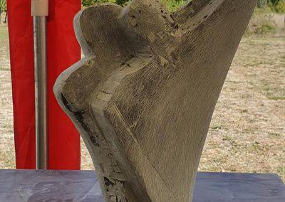 Een beeld met twee mensen die achter elkaar staan, gemaakt op beeldhouwvakantie in Frankrijk